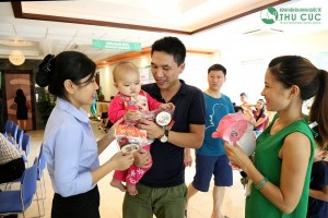 Thu Cuc Hospital gave gifts to pediatric patients at the hospital on the occasion of Mid-autumn festival