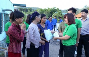 Thu Cuc Hospital gave presents to people in the flood-affected area of Quang Ninh province