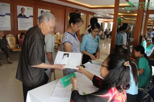 Free medical examinations and drugsoffered to over 200 veteran revolutionary cadres and people who contributed to the revolution at Thu Cuc International General Hospital