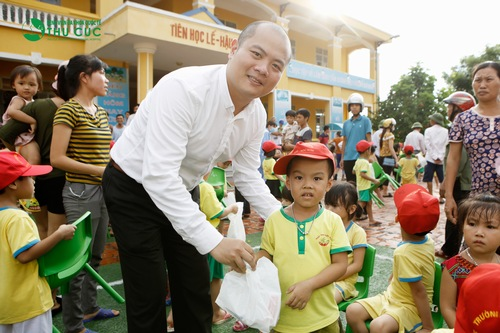 Mr. Nguyen Viet Dung - DCEO of Thu Cuc Hospital giving presents to children