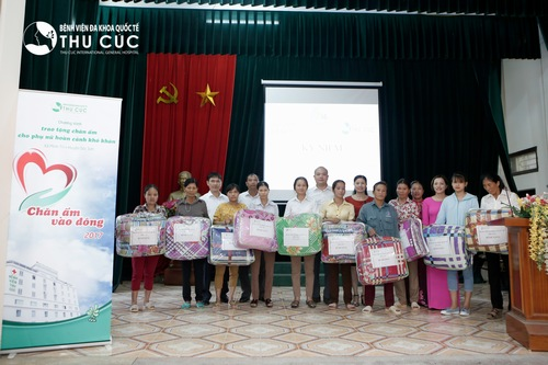 Thu Cuc Hospital gave presents to children and disadvantaged women in Minh Tri province