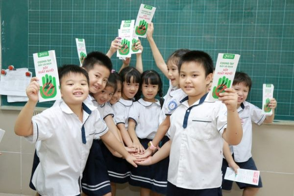 The dengue fever prevention and control campaign at primary schools by  Thu Cuc hospital.